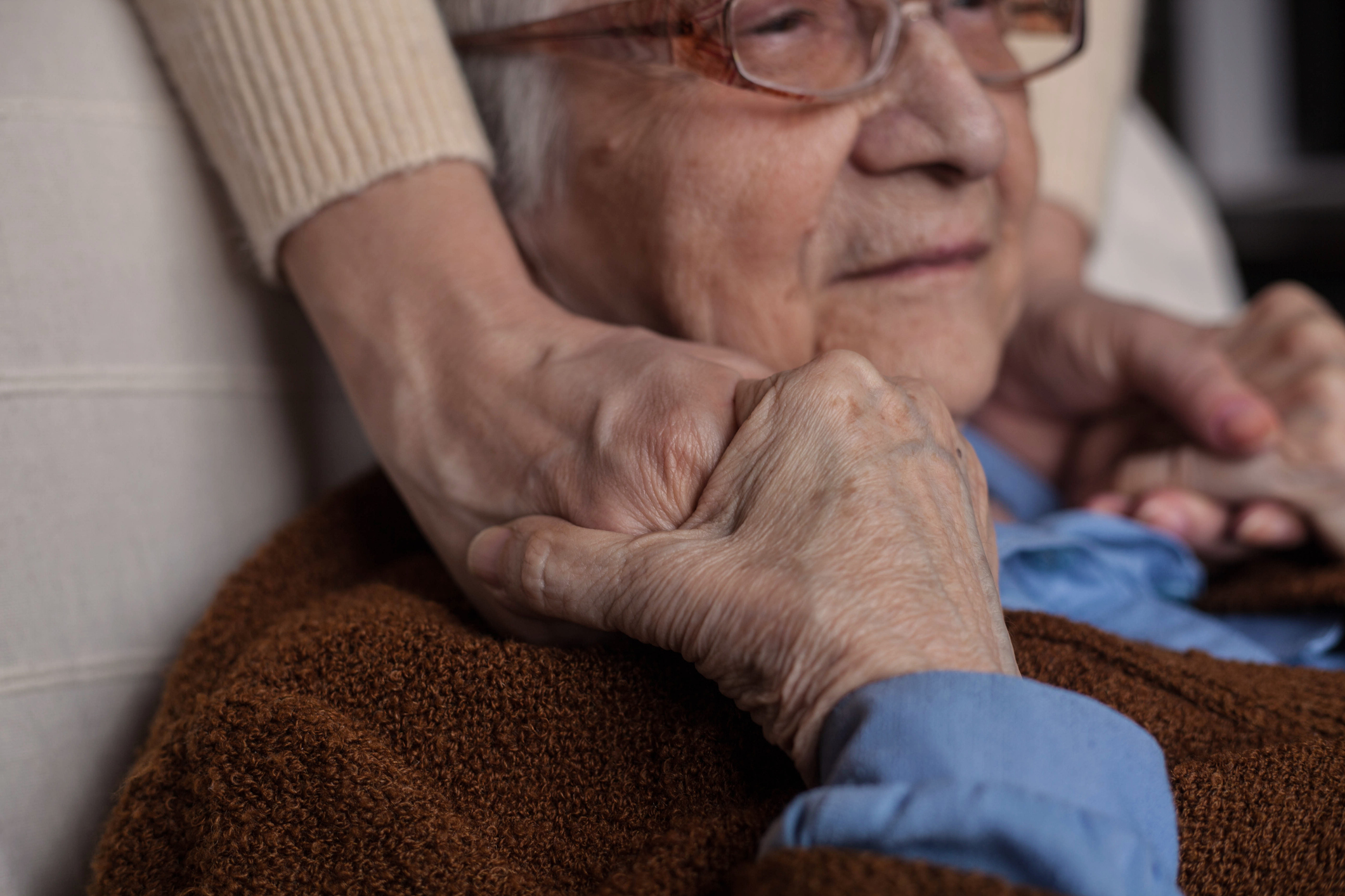 These care tips can help with late stage Alzheimer's symptoms.
