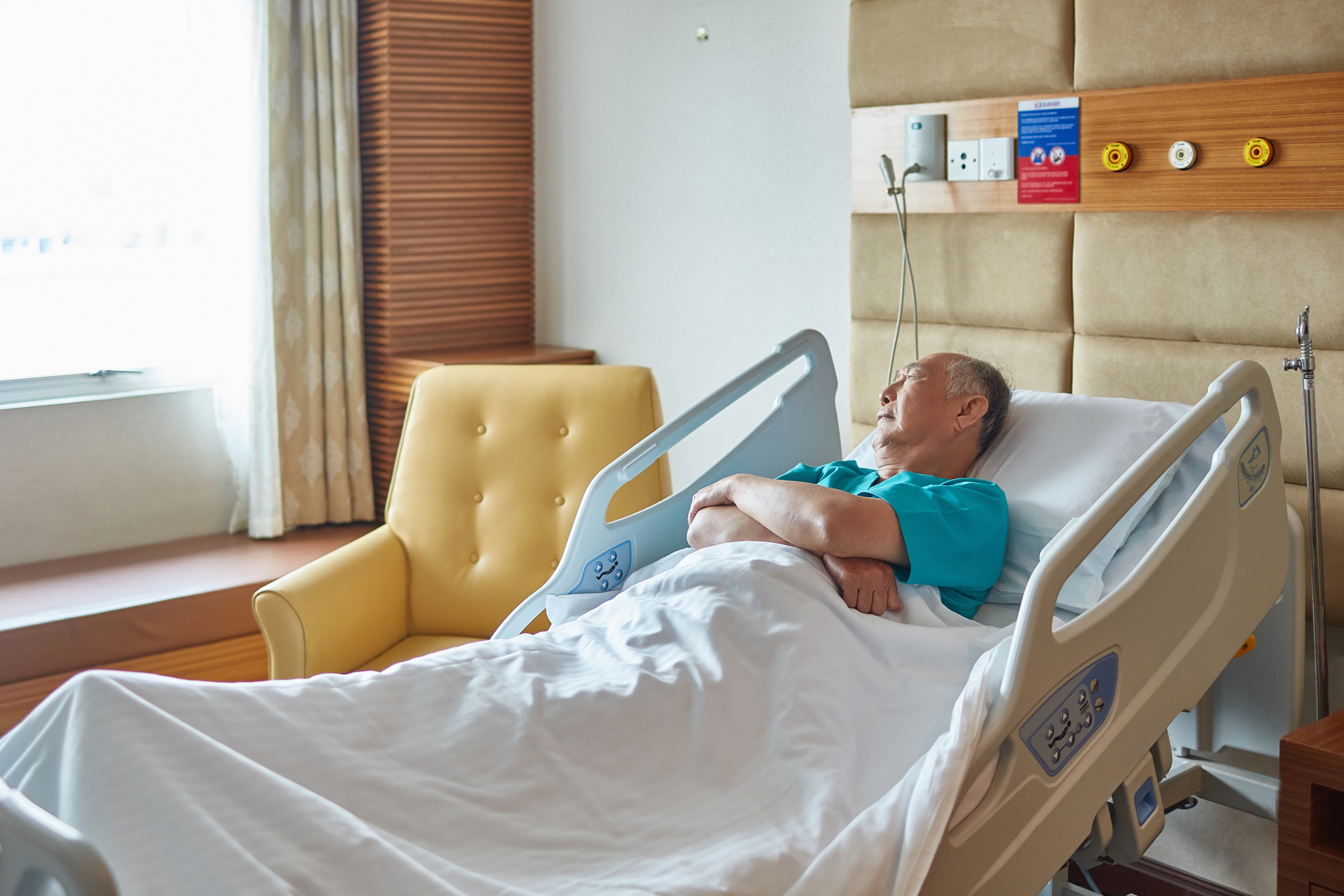 Understand delirium onset in seniors during hospitalization.